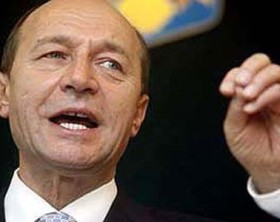 Presedintele Traian Basescu sustine un discurs in cadrul unei conferinte de presa, la Timisoara, miercuri, 21 noiembrie 2007. ADRIAN PICLISAN / MEDIAFAX FOTO