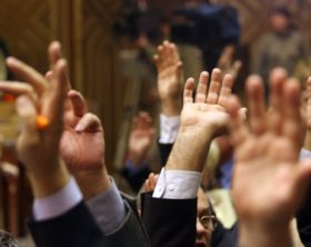 Nicolae Vacaroiu a fost ales, luni seara, presedinte al Senatului, cu 76 de voturi din 78 exprimate, doua voturi fiind in favoarea candidatului propus de Alianta PNL-PD, Radu Berceanu. Voturile au apartinut senatorilor PSD, PUR si PRM, alegerea presedintelui Senatului avind locin absenta parlamentarilor PNL, PD si UDMR.