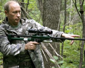 Moscow Zoo Chief Veterinary Officer Mikhail Shenetsky (L) explains to Russian Prime Minister Vladimir Putin (R) how to use a tranquilizer rifle during a visit to the Russian Academy of Sciences' Ussuri Reserve in the Far East, Russia, 31 August 2008. EPA/ALEXSEY DRUGININ RIA NOVOSTI /*** NO SALES NO ARCHIVES NOT FOR USE AFTER 30 SEPTEMBER 2008*** +++(c) dpa - Bildfunk+++