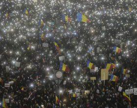 foto-video-momentul-incredibil-cand-toti-romanii-prezenti-la-protestul-din-piata-victoriei-din-capitala-si-au-aprins-luminitele-de-la-telefoane