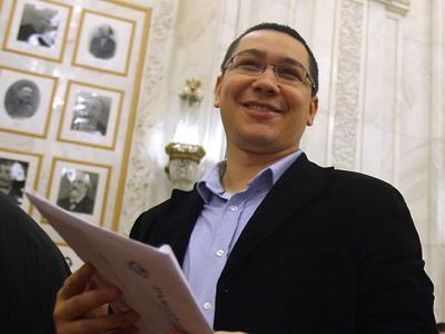 Vicepresedintele PSD, Victor Ponta (S), discuta cu Teodor Atanasiu (D), lider al PNL Alba, la Palatul Parlamentului, in Bucuresti, luni, 15 decembrie 2008. La Palatul Parlamentului, au avut loc sedintele Camerei Deputatilor si Senatului, in care parlamentarii au fost investiti. RAZVAN CHIRITA / MEDIAFAX FOTO