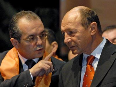 Presedintele Romaniei, Traian Basescu (D), discuta cu presedintele Partidului Democrat, Emil Boc (S), la Casa de Cultura a Studentilor din Cluj-Napoca, unde are loc manifestarea politic㠡 PD pentru sustinerea votului uninominal si a candidatilor democrati la alegerile europarlamentare, duminica, 18 noiembrie 2007. RAUL STEF / MEDIAFAX FOTO