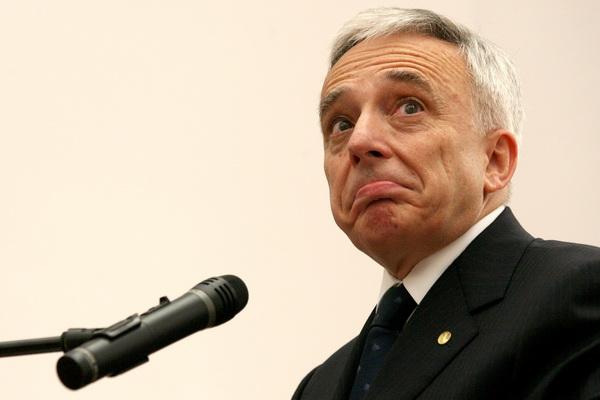 """Guvernatorul BNR, Mugur Isarescu, sustine o conferinta de presa, pe tema crizei economice, la Cluj-Napoca, miercuri, 25 februarie 2009. Acesta a declarat ca trecerea la moneda euro este """"o chestiune de putinta mai mult decat de vointa"""", intrebandu-se cum poate Romania sa treaca la euro daca nu este in stare sa termine o autostrada. MIRCEA ROSCA / MEDIAFAX FOTO"""